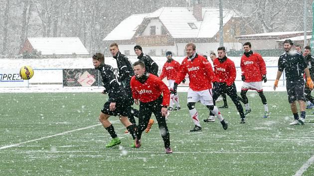Husté sněžení přineslo okresnímu derby velmi obtížné podmínky.
