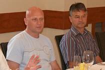 Technický ředitel ČMFS Dušan Fitzel (vlevo) a fotbalový trenér Ludvík Zajíc.