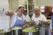 Kuchařky dokončují hráškový krém