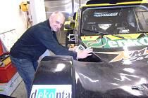 Známý motocyklový závodník Josef Macháček odletěl do Afriky, aby se tu zúčastnil Intercontinental Rally 2015.