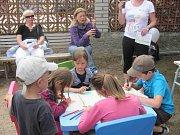 Dětský den s dobrovolníky se konal v Klášterních zahradách v Chrudimi.