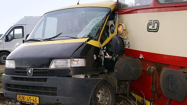 U Rozhovic došlo ke srážce vlaku s automobilem. Jedna osoba byla vážně zraněna.