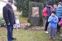Ředitel léčebny Václav Volejník s dětmi uctili památku Dr. Hamzy.