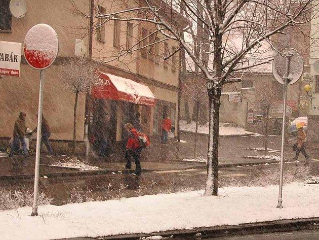 Husté sněžení překvapilo v úterý obyvatele Hlinska.