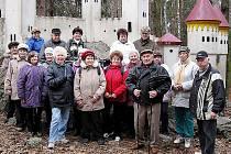 Společná fotografie slatiňanských turistů v lese před Kočičím hrádkem.