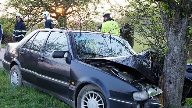 VRTULNÍKEM DO FAKULTKY. Třiačtyřicetiletý řidič osobního vozu pravděpodobně nepřizpůsobil rychlost stavu a povaze vozovky a dostal se mimo silnici, kde čelně narazil do stromu.