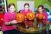 V Třemošnici se děti bavily nad vyřezáváním dýní.