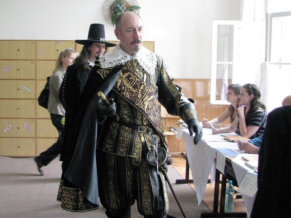 VÉVODA ALBRECHT Z VALDŠTEJNA chtěl volit přímo v Jičíně. Ale nakonec odešel s nepořízenou.  Podivil se, proč po něm chtějí jakýsi voličský průkaz, že je přece pánem v celé této krajině a že volí pouze svého císaře.