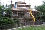 Betonové opěrné zábradlí na obou stranách přehradní zdi na hrázi Sečské přehrady prochází rekonstrukcí.