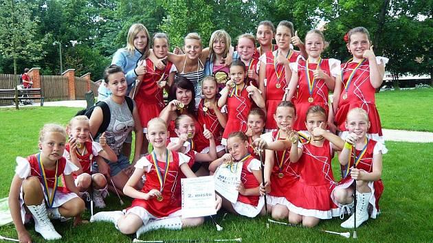 Ronovské mažoretky s medailemi.