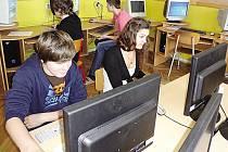 V učebně k monitorům brzy zasednou i dospělí.