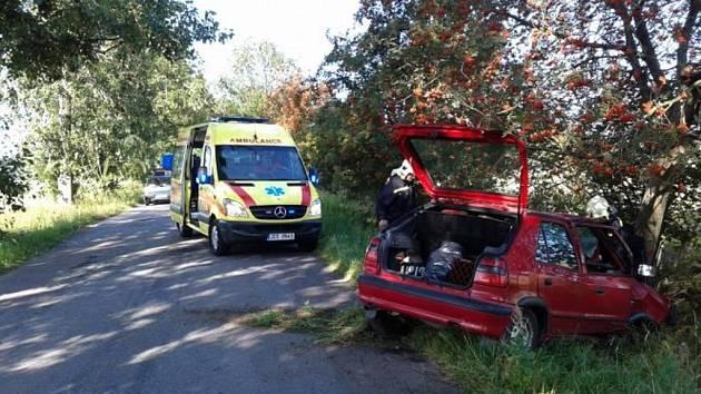 Automobil u Rané na Hlinecku narazil do stromu. Jedna osoba byla zraněna.
