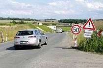 Silnice z Chrudimi do Vlčnova, podél které by měl vést chodník