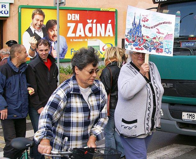 Protestující zablokovali na 15 minut dopravu na neustálým přecházením po přechodech pro chodce kolem jednoho z dopravně nejvytíženějších kruhových objezdů v Chrudimi u výpadovky na Pardubice.