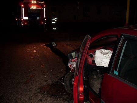 Na silnici v Úhřeticích směrem na Tuněchody se srazila dvě osobní vozildla. Řidič jednoho z nich utekl od nehody.