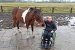 Bára, která zůstala po pádu z koně upoutána na invalidní vozík.