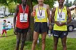 Trojice nejlepších běžců: Said Azouzi, John Kibichiy Tanui a Erkelo Ashenafi.