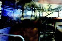 Říjen 2010: Převrácený autobus má upozornit na chybějící obchvat města Chrudimě.