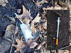 Injkeční stříkačky v parku