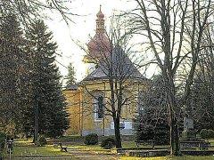 Kostel svatého Vavřince stojí v menším parku přímo na sečském náměstí.