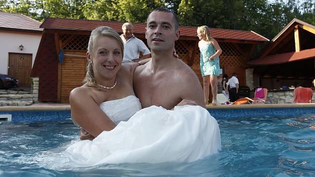 Eva a Jan Červenkovi z Heřmanova Městce se krátce po svatebním obřadu rozhodli zchladit společnou koupelí v bazénu.