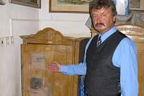 STAROSTA Aleš Jiroutek ukazuje vyloupený trezor, přezdízvaný Popelka