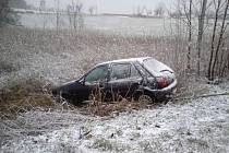 Vozidlo skončilo po něhodě mimo vozovku poblíž Kostelce u Heřmanova Městce.