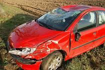 Řidička při nehodě u Vestce obrátila auto na střechu.