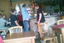 Muž v restauraci hrozil, že začne střílet.