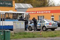 Zákazníci, kteří přicházeli areálu společnosti Centrum služeb v chrudimské ulici Obce Ležáků byli vylekáni pohledem na drsnou ochranku a autobus sloužící jako zátaras. Na místo dorazila i policie.