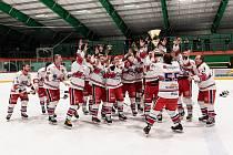 Po vyhraném finále hlinečtí hokejisté zaslouženě zvedli nad svoje hlavy pohár Vladimíra Martince.