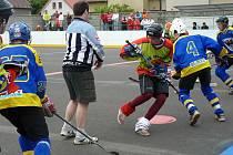 Dorost Jokeritu (v modrém) nestačil ve finále domácího turnaje LUZR CUP 2010 na tým  Fire Horses a prohrál 2:4.