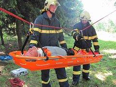 Jednotka sečské požární stanice Hasičského záchranného sboru Pardubického kraje trénovala záchranu muže v těžce dostupném terénu  pod zříceninou hradu oheb.