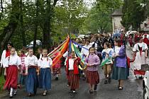 Ve Stanu na Hlinecku se mládenci a dívky oblékají na kácení máje do tradičních krojů.
