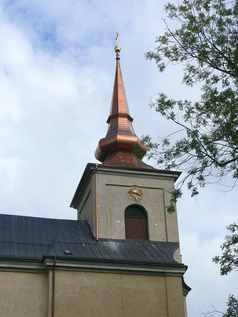 Nová měděná krytina na střeše září do dálky.