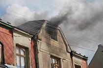 Požár domu v Hrochově Týnci si vyžádal zásah hasičů.