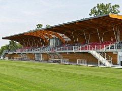 Nová tribuna na fotbalovém stadionu Za Vodojemem má kapacitu 500 diváků