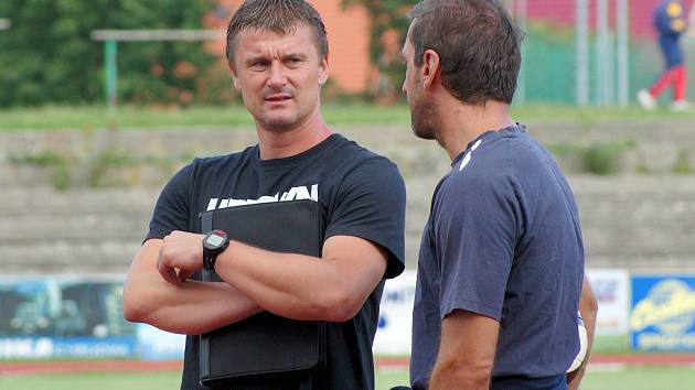 Trenér Pavel Jirousek v rozhovoru s kapitánem mužstva Tomášem Linhartem.
