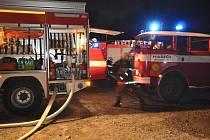 Rozsáhlý noční požár zachvátil objekt bývalé pily v Čachnově.