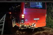 Nehoda autobusu a osobního vozidla zastavila v úterý večer provoz na silnici ve Slatiňanech u odbočky na Kunčí.