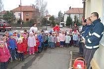 Děti z chrudimské MŠ Dr Malíka popřály hasičům k Vánocům.