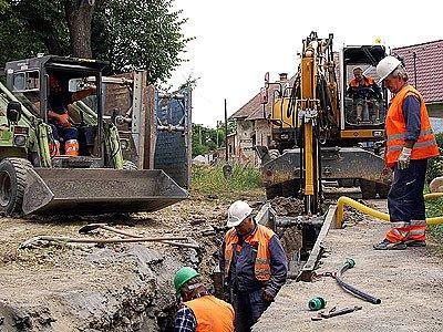 Budování kanalizace ve Vlčnově.