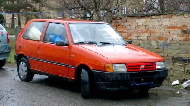 Vrak automobilu Fiat Uno v ulici ČSA ve Skutči.
