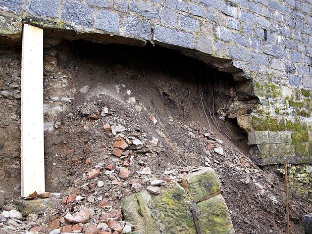 Zborcené hradby v Lázenské ulici se dočkají opravy.