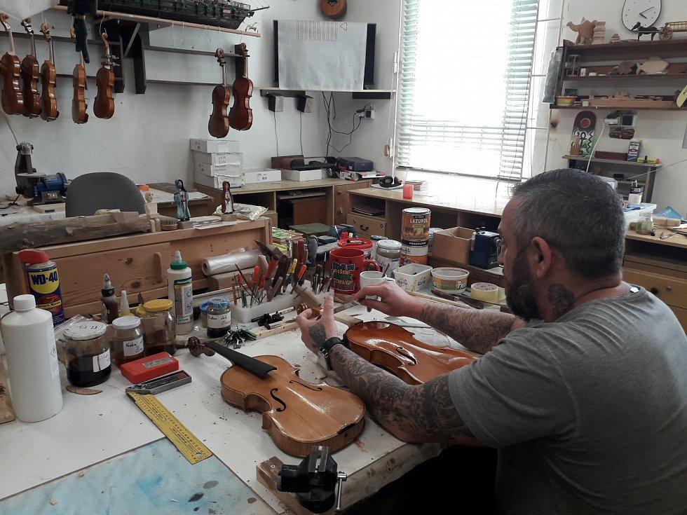 Výroba houslí v odolovské věznici