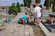 Dláždění hřbitovního chodníčku.