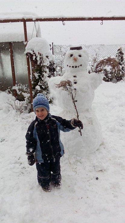 Radost ze sněhové nadílky mají hlavně děti.
