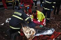 Automobil začal po nárazu hořet. Matce s dítětem pomohli z vozu kolemjedoucí řidiči.
