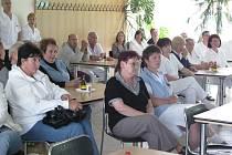 Hejtman Radko Martínek vysvětloval v pondělí zaměstnancům chrudimské nemocnice důvody odvolání dosavadního ředitele Vojtěcha Němečka.