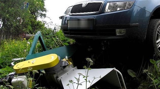 Nezajištěný vůz se rozjel a narazil do stroje.
